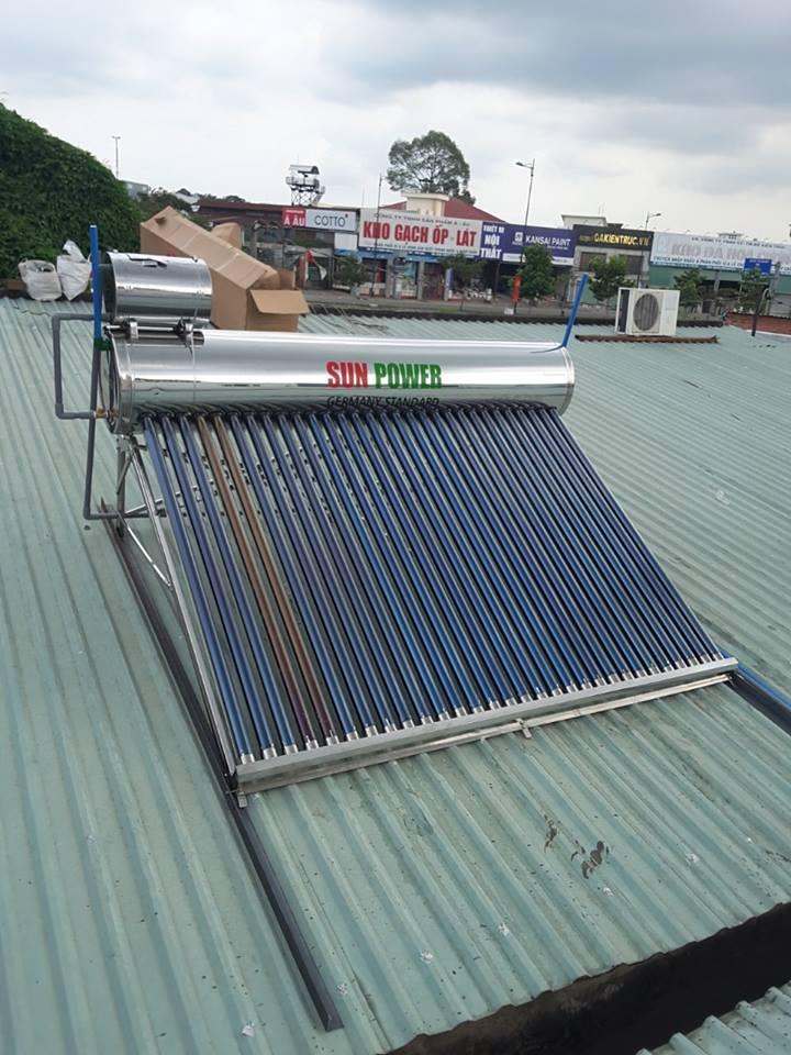 Thợ lắp máy nước nóng năng lượng mặt trời
